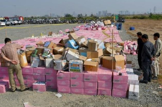 70 toneladas de productos falsificados listos para su destrucción, fotografiados el 12 de marzo de 2019 en Phnom Penh. (Foto Prensa Libre: AFP)