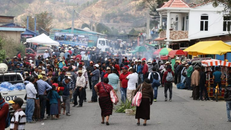 Vecinos de Santa Bárbara, Huehuetenango, mantienen bloqueado el paso en el kilómetro 270 de la ruta Interamericana. (Foto Prensa Libre: Mike Castillo)