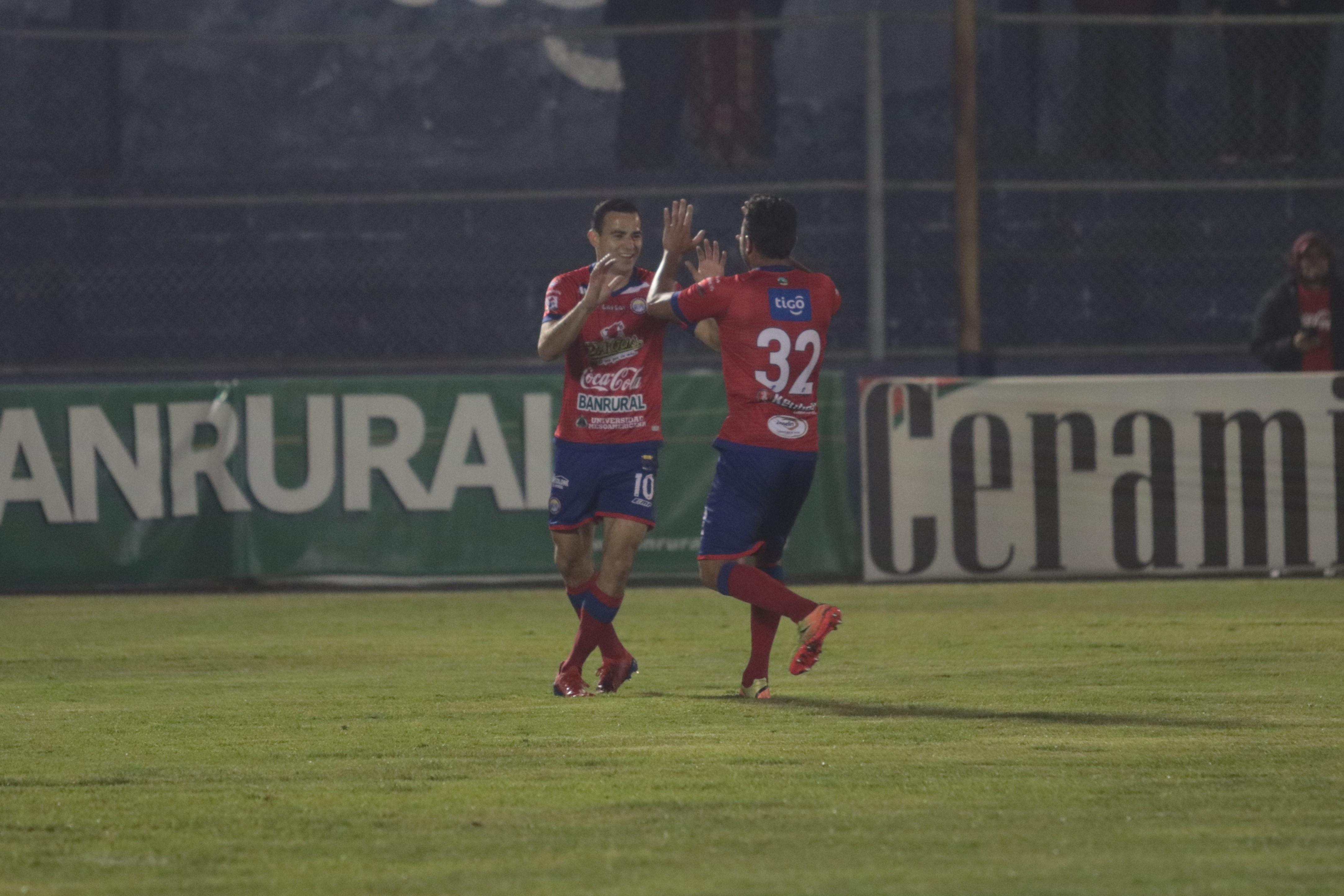 Marco Pappa y Carlos Kamiani Félix festejaron contra Comunicaciones. (Foto Prensa Libre: Raúl Juárez)