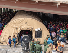 Un albergue improvisado de El Paso, Texas, se ve colmado por migrantes, principalmente  centroamericanos. Autoridades de la Patrulla Fronteriza dicen que el aumento de la migración está causando una crisis humanitaria en la frontera sur. (Foto: CBP)