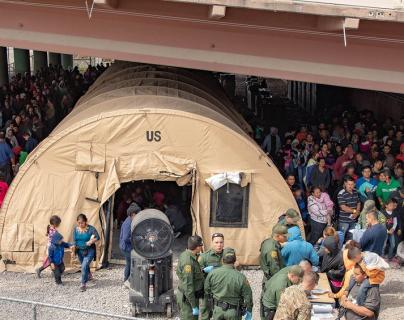 Comida en el suelo, insultos, golpes y mujeres en su periodo sin toallas sanitarias: migrantes narran tormento vivido en centros de detención