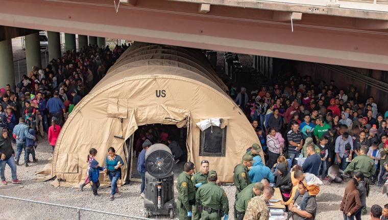 La gran cantidad de migrantes centroamericanos que llegó a EE. UU. a mediados de año hizo colapsar los centros de detención. (Foto Prensa Libre: Hemeroteca PL)