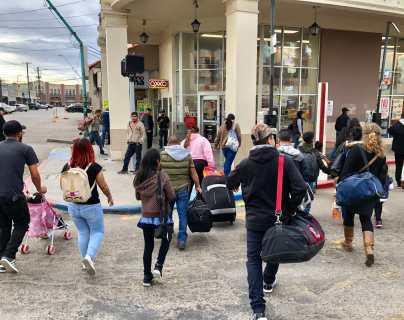Padres migrantes que fueron separados de sus hijos cruzan la frontera de EE. UU. en busca de asilo