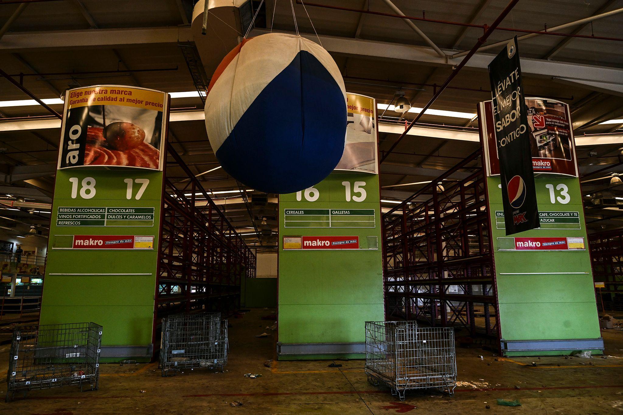 Un supermercado fue saqueado por las personas que buscaban comida durante el apagón en Venezuela.