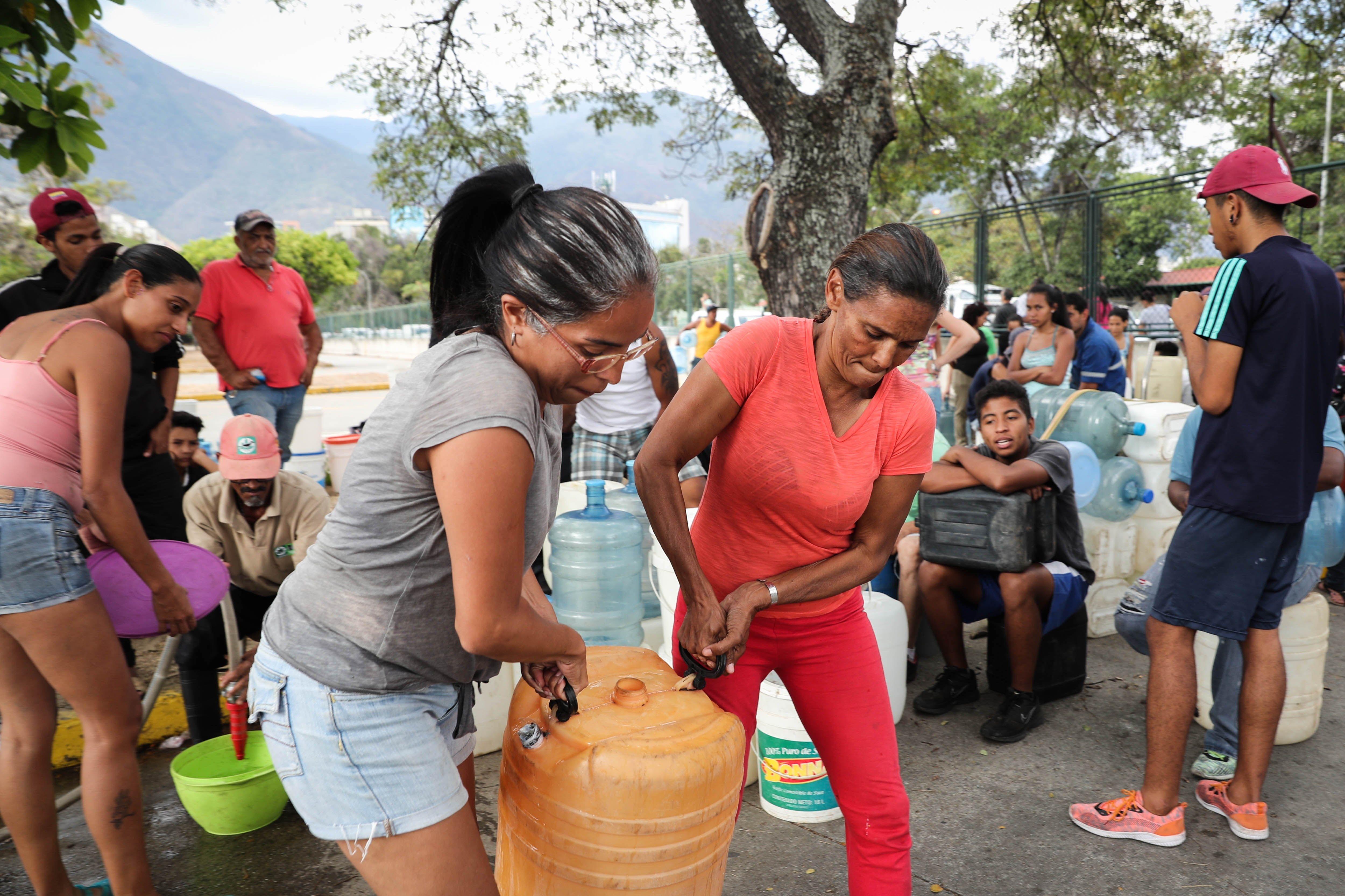 Cientos de personas acuden este martes al Parque del Este en Caracas (Venezuela), para recolectar agua para la escasez de este líquido ocasionada por los apagones que han azotado a toda Venezuela desde el pasado jueves.