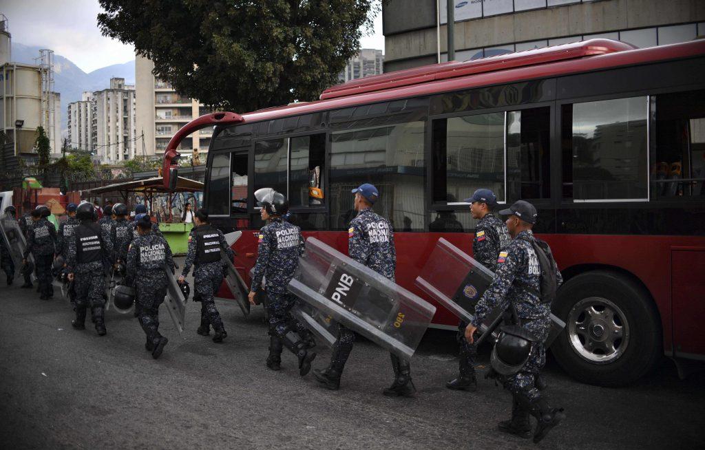 La Policía Nacional Bolivariana se despliega por las calles después de que se reanudara el servicio de energía eléctrica en Caracas.