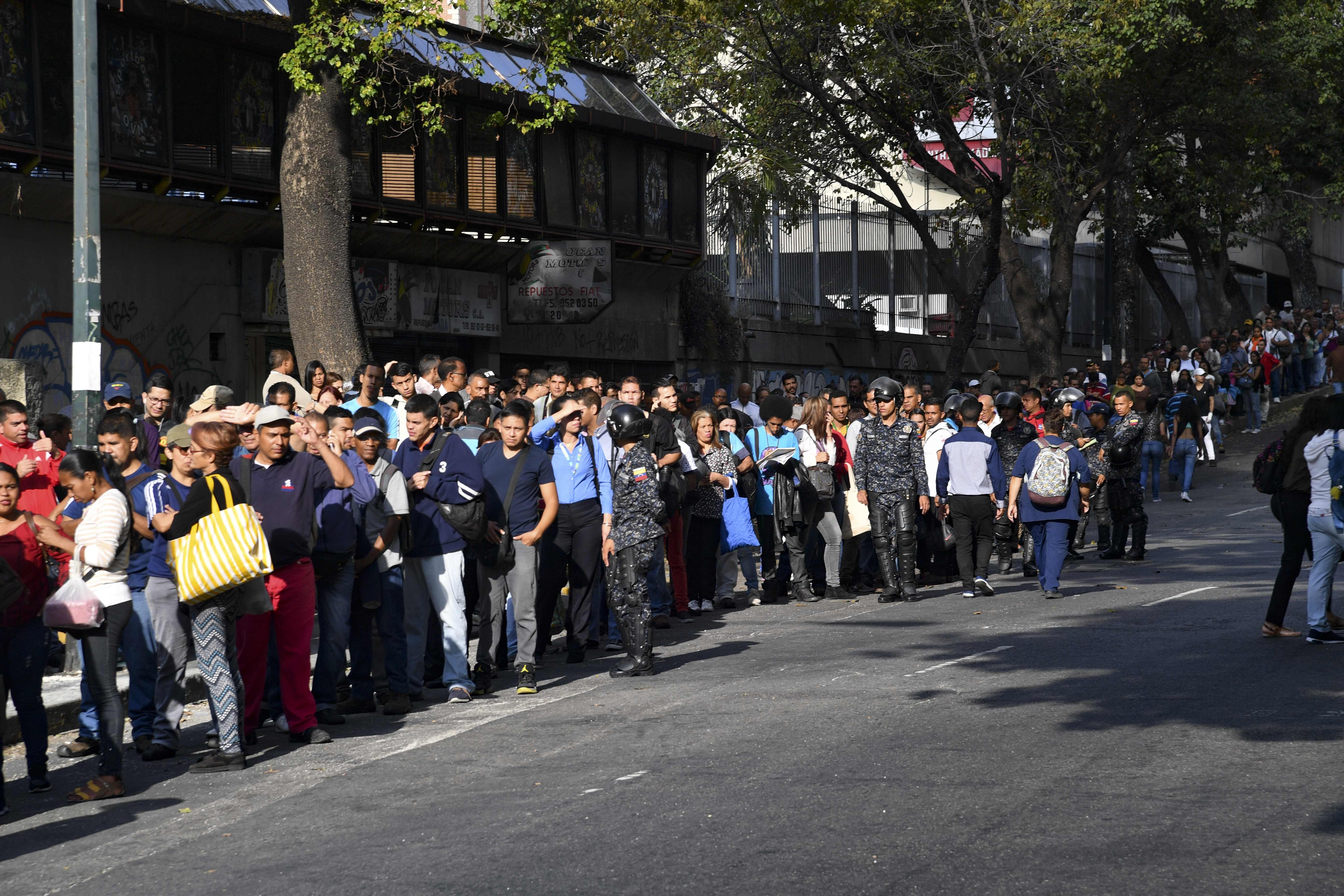 Así hacen fila los venezolanos para abordar el transporte público, después de estar una semana sin trabajo por el apagón.