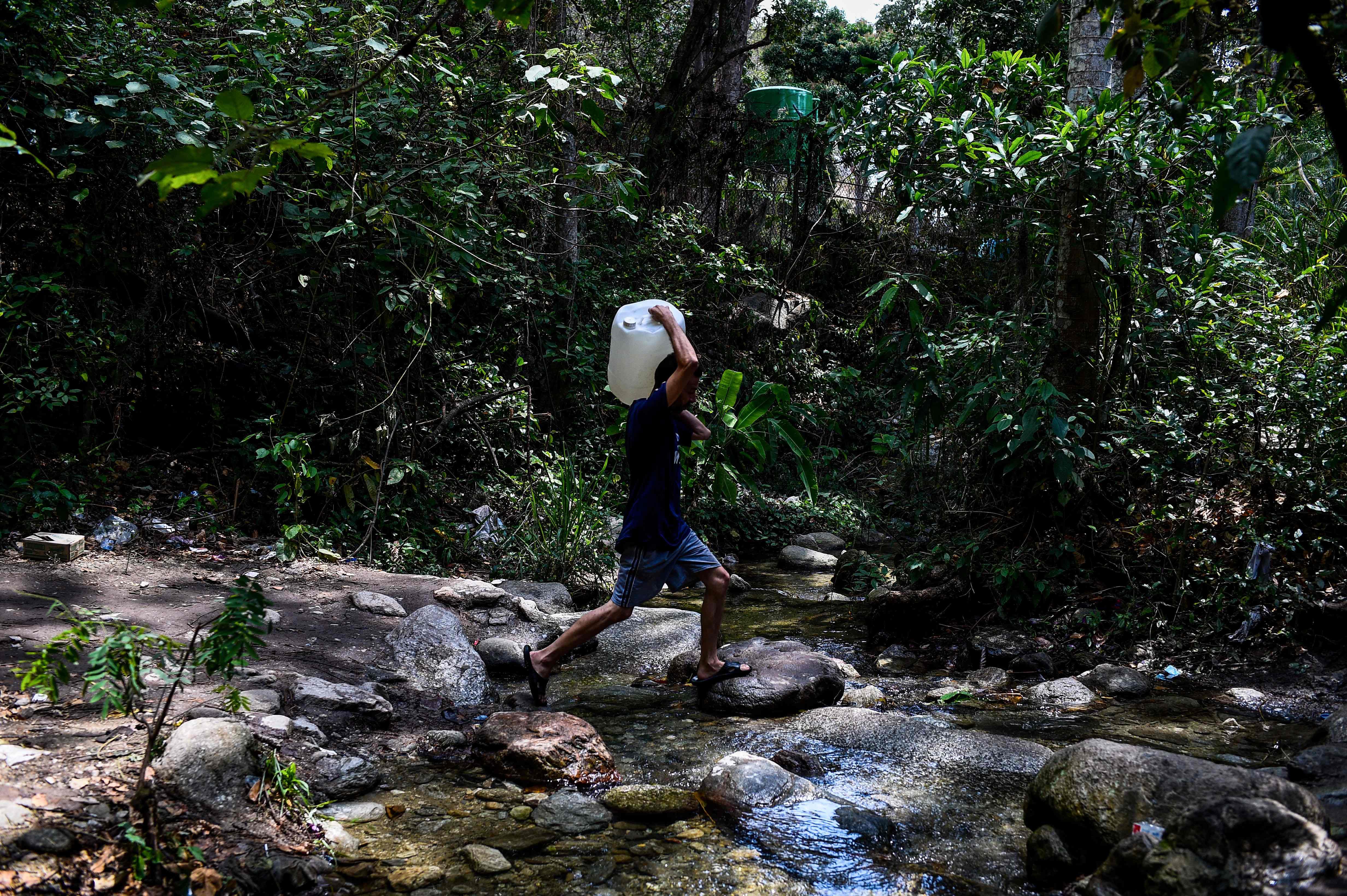 La tensión en Venezuela se mantiene después del apagón que dejó a millones de personas sin agua por lo que tuvieron que buscar en fuentes naturales.