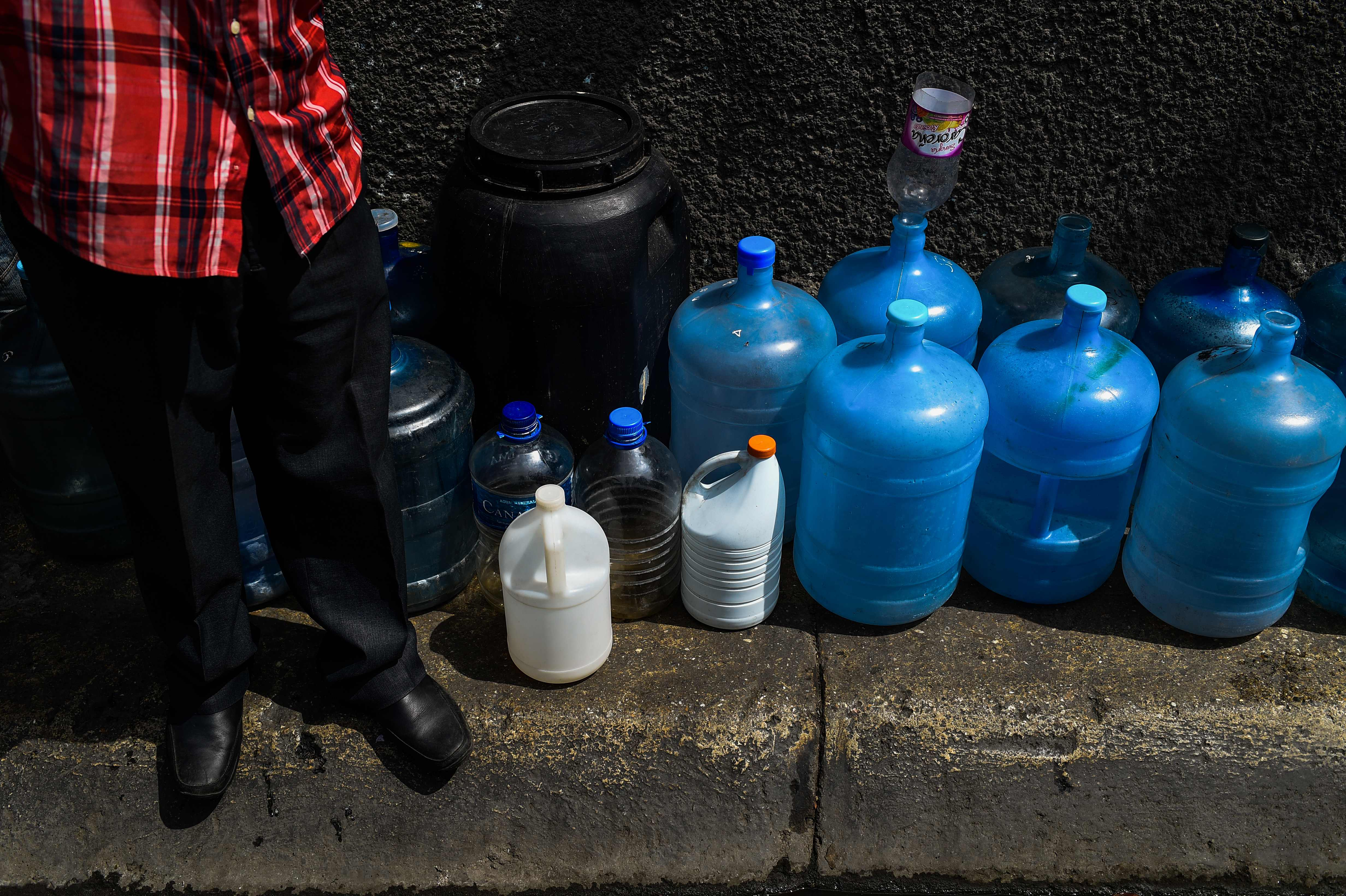 El apagón dejó a millones sin agua corriente. Muchas personas se alinearon para comprar agua embotellada en los supermercados de Caracas
