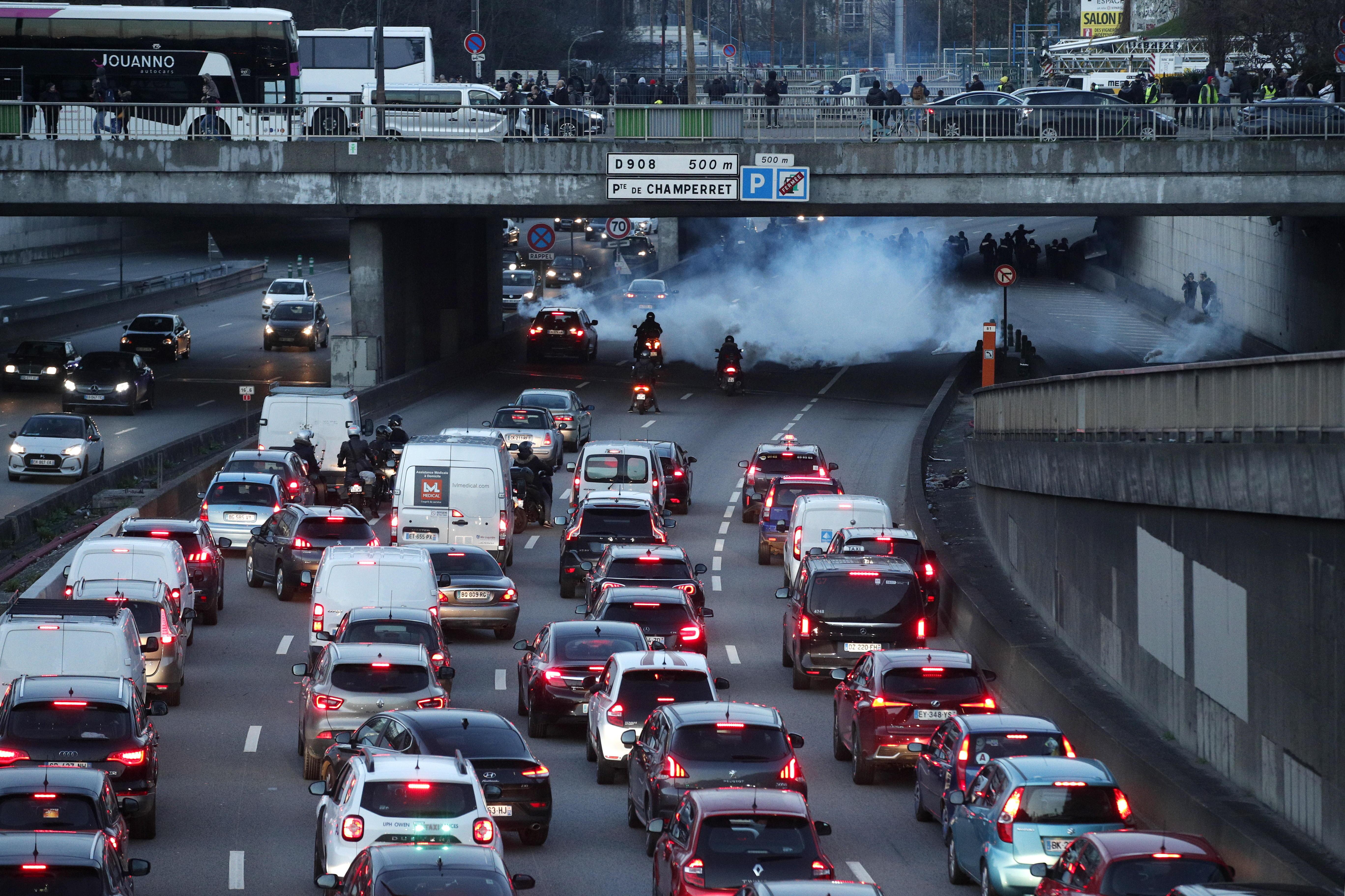 Algunos manifestantes bloquean los vehículos en la circunvalación de París durante la manifestación. Foto Prensa Libre: EFE