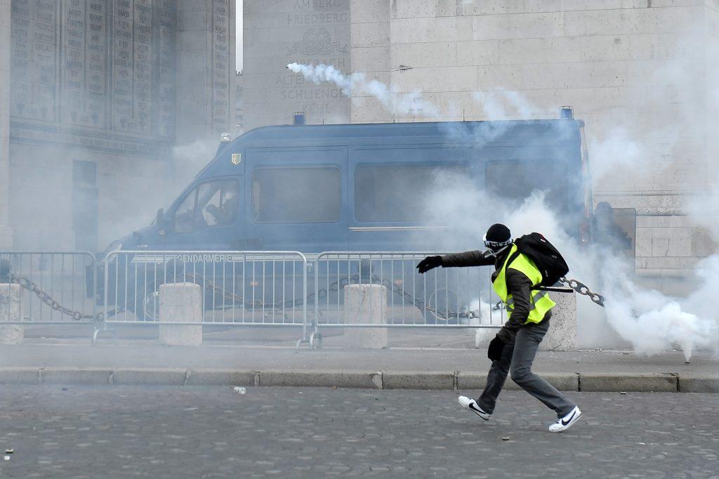 Mientras tanto, el movimiento también protesta por las reformas fiscales del gobierno francés, el aumento de los costos de vida y algunos incluso piden la renuncia del presidente francés Emmanuel Macron. Foto Prensa Libre: EFE