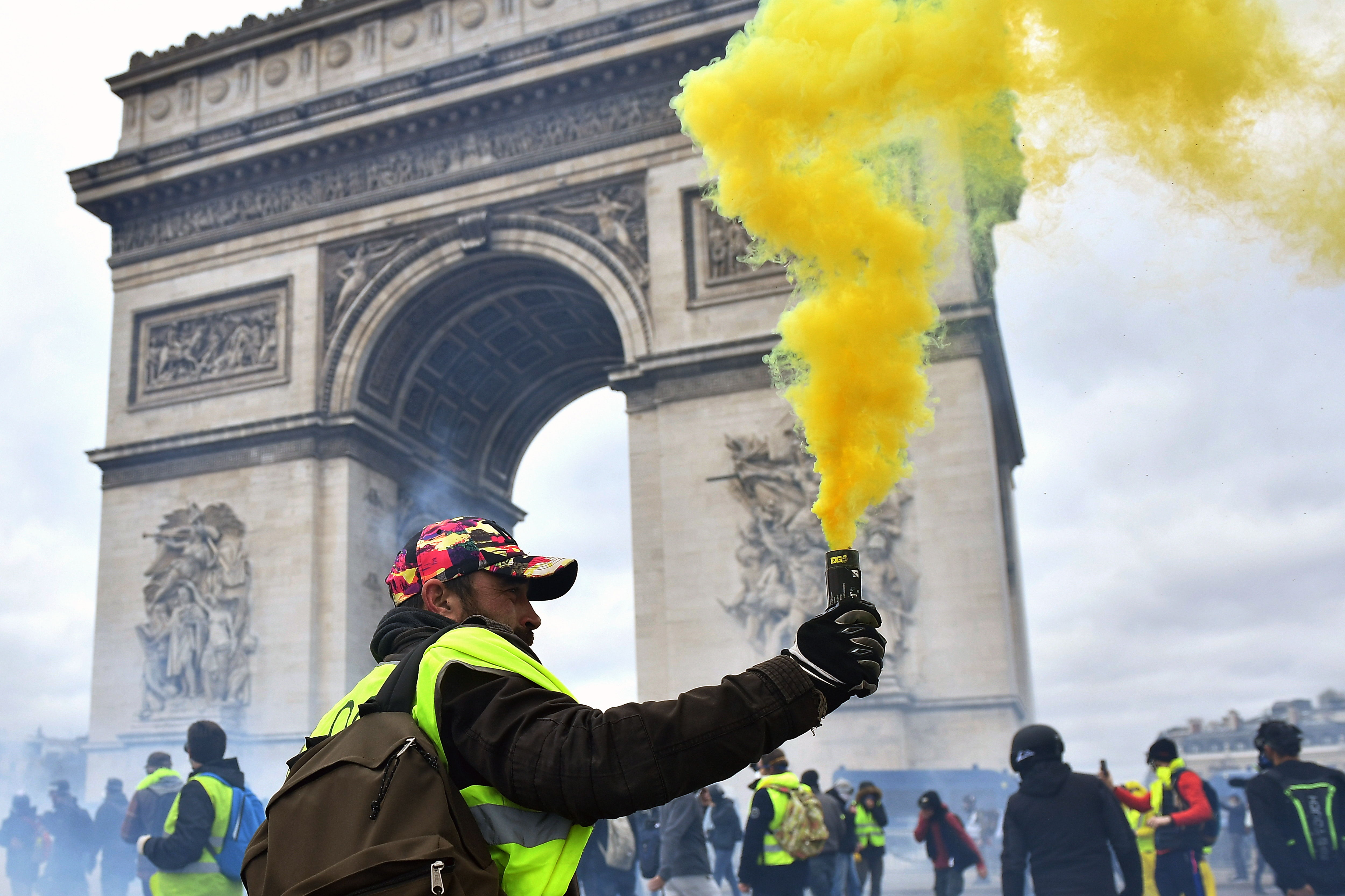 Varias personas encendieron bengalas durante la protesta. Foto Prensa Libre: EFE