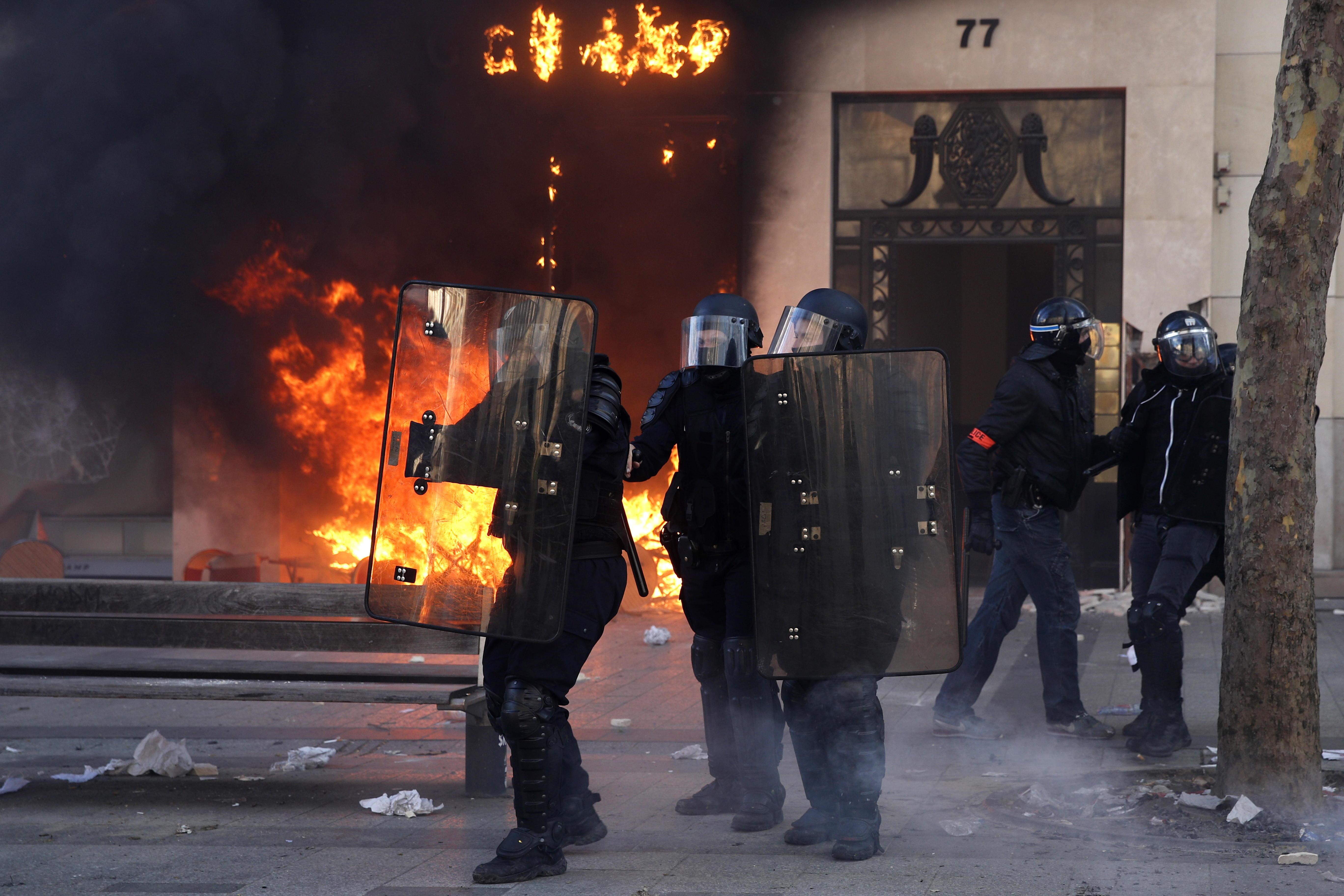 La policía antidisturbios se enfrenta a los manifestantes de los Chalecos Amarillos. Foto Prensa Libre: EFE