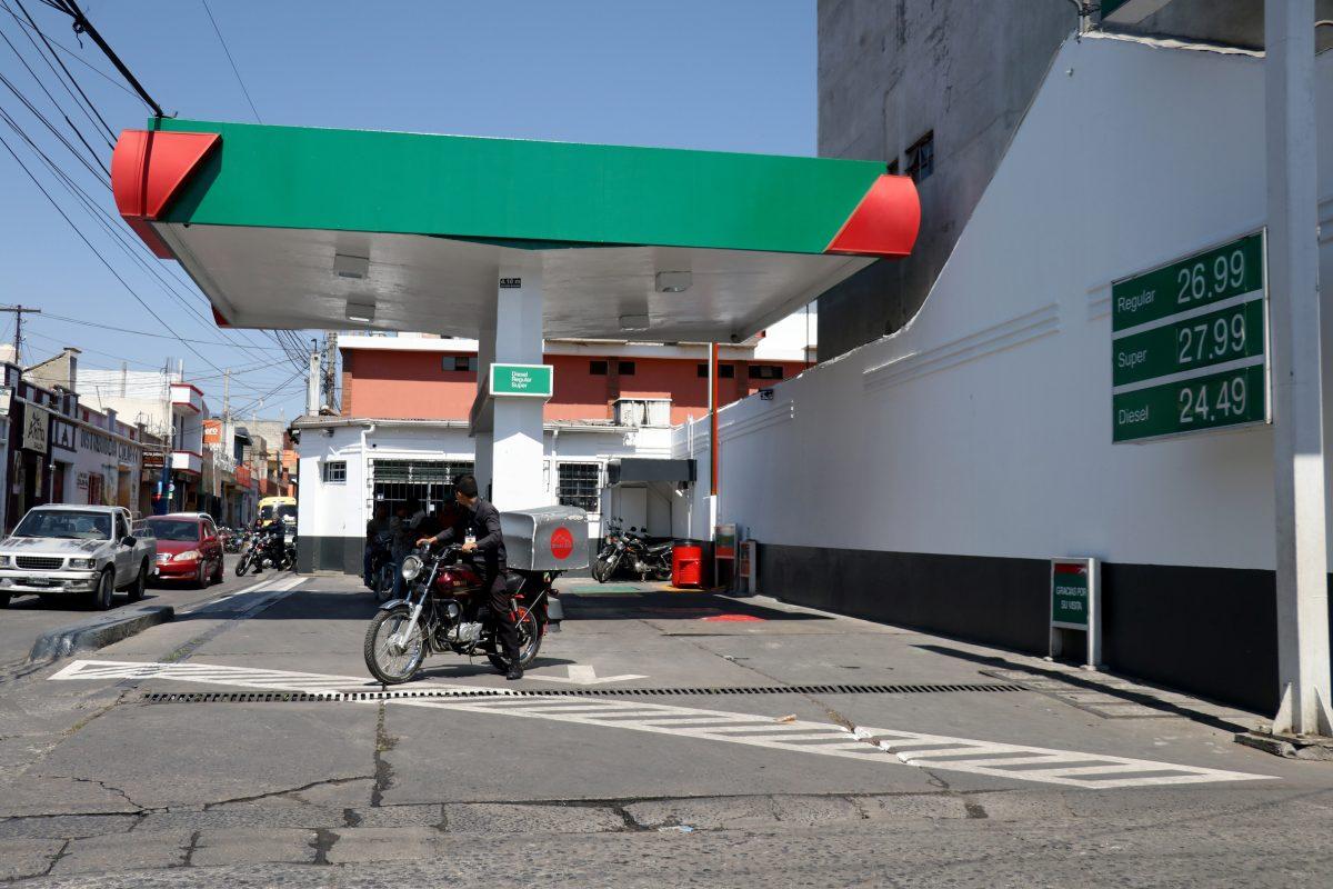 Galón de gasolina registra nuevo incremento y alcanza los Q27 en servicio completo