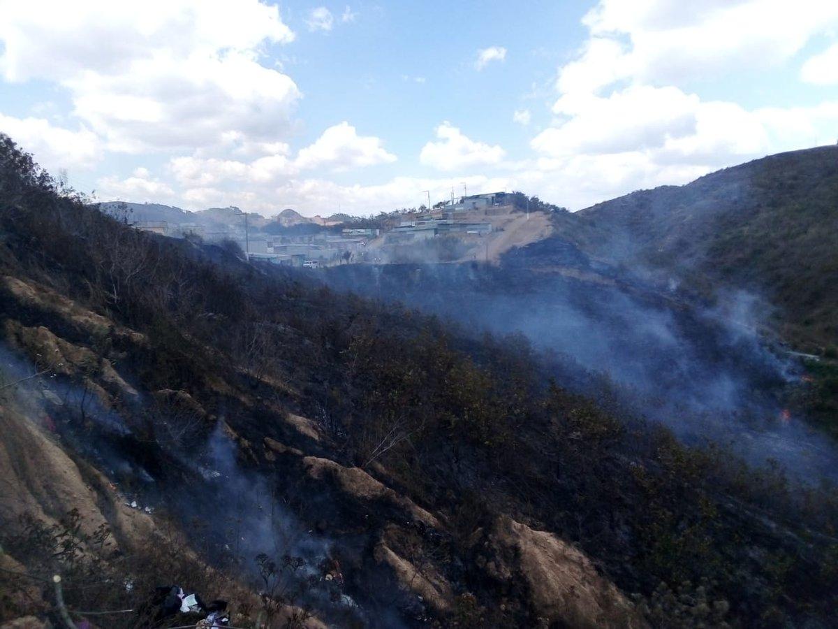 Incendio forestal en la colonia Brisas de San Pedro, sector 1, kilómetro 16.5 de San Pedro Ayampuc. (Foto Prensa Libre: Conred)