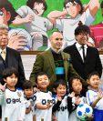"""Iniesta posa en una estación de Tokio que ha sido cubierta con imágenes de """"Oliver y Benji"""". (Foto Prensa Libre: AFP)"""