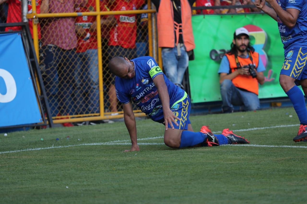 Janderson Pereira celebra después de marcar el gol de Cobán. (Foto Prensa Libre: Érick Ávila)