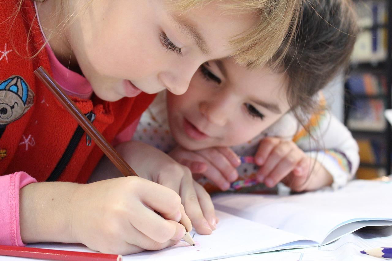 Los estudios son un reto para sus hijos, por lo que al detectar un bajo rendimiento es importante entablar un diálogo y desarrollar estrategias de mejora. (Foto Prensa Libre: Pixabay)