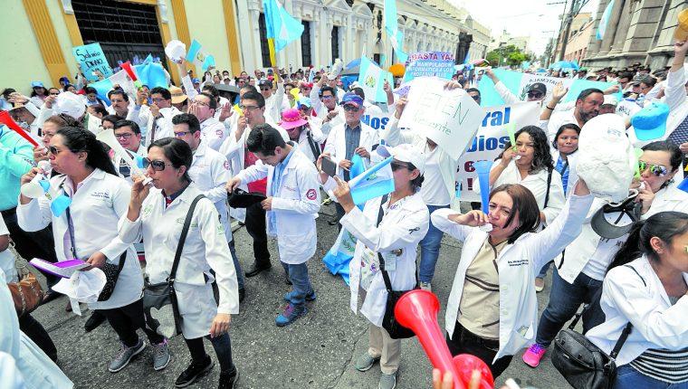 Profesionales de la salud siguen sin recibir el incremento salarial. (Foto Prensa Libre: Hemeroteca PL)