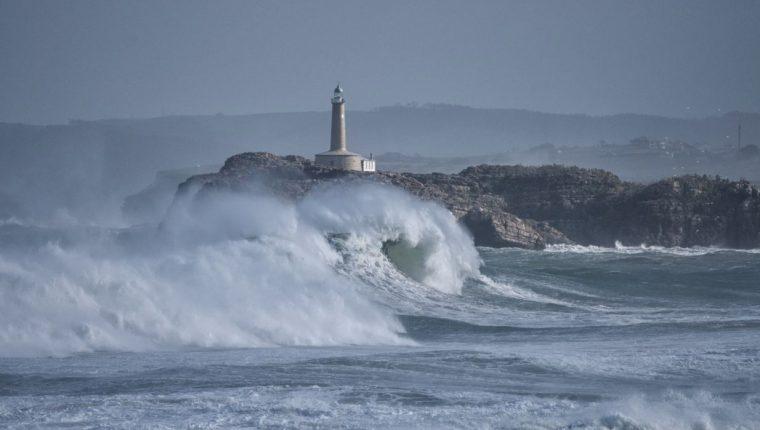 La energía de las olas del océano ha estado creciendo a nivel mundial, con una asociación directa entre el calentamiento del mar y el aumento de la energía de las olas.  (Foto Prensa Libre: Dpa)
