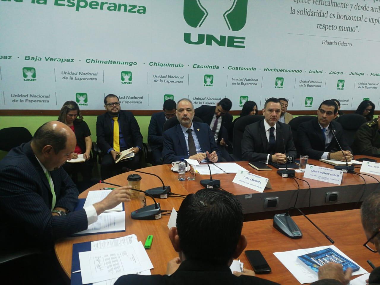 Funcionarios del Ejecutivo responden a diputados sobre la concentración de los jeeps J8.  (Foto Prensa Libre: Juan Diego González)
