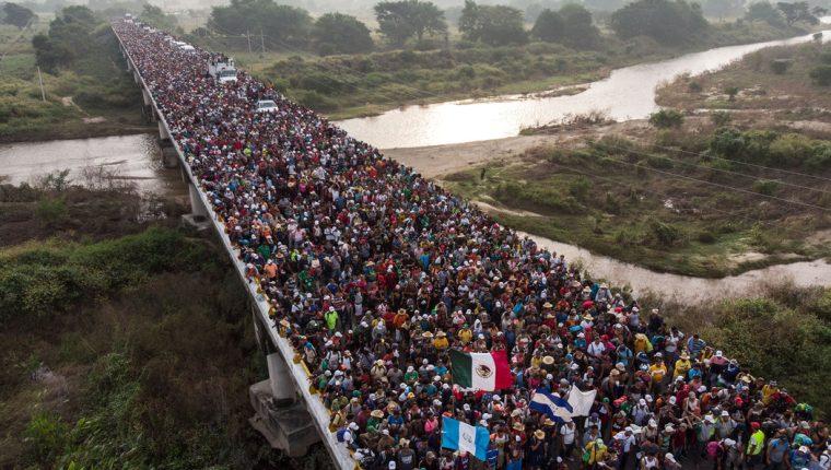 Vista de una de las caravanas que se conformaron el año pasado cuando intentaba ingresar a México. (Foto Prensa Libre:  Hemeroteca PL)