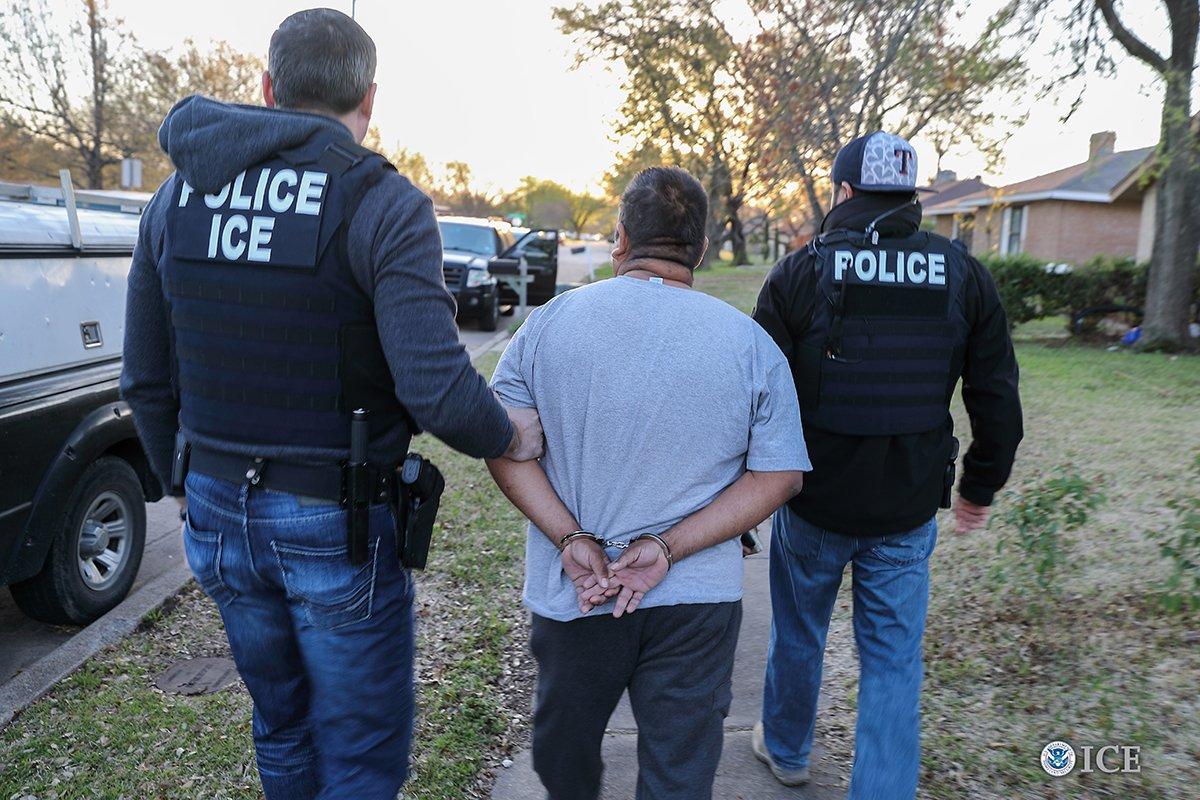 Agentes de ICE detienen a un indocumentado en EE. UU. con cargos criminales. (Foto: ICE)