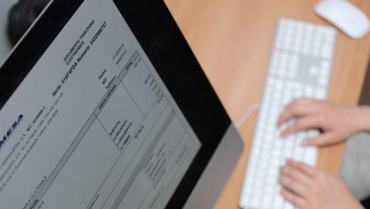 La SAT y el Minfin emitieron nuevas disposiciones para los proveedores del Estado para utilizar de manera obligatoria la factura electrónica. (Foto Prensa Libre: Óscar Rivas Pu)