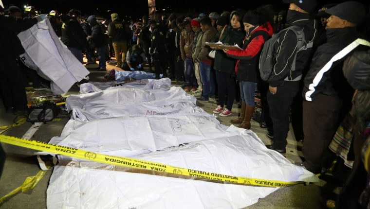 Oficialmente hay 18 víctimas mortales del accidente, pero se sabe que hubo más, cuyos familiares se llevaron los cuerpos antes de que fueran trasladados por las autoridades a la morgue. (Foto Prensa Libre: Carlos Hernández)