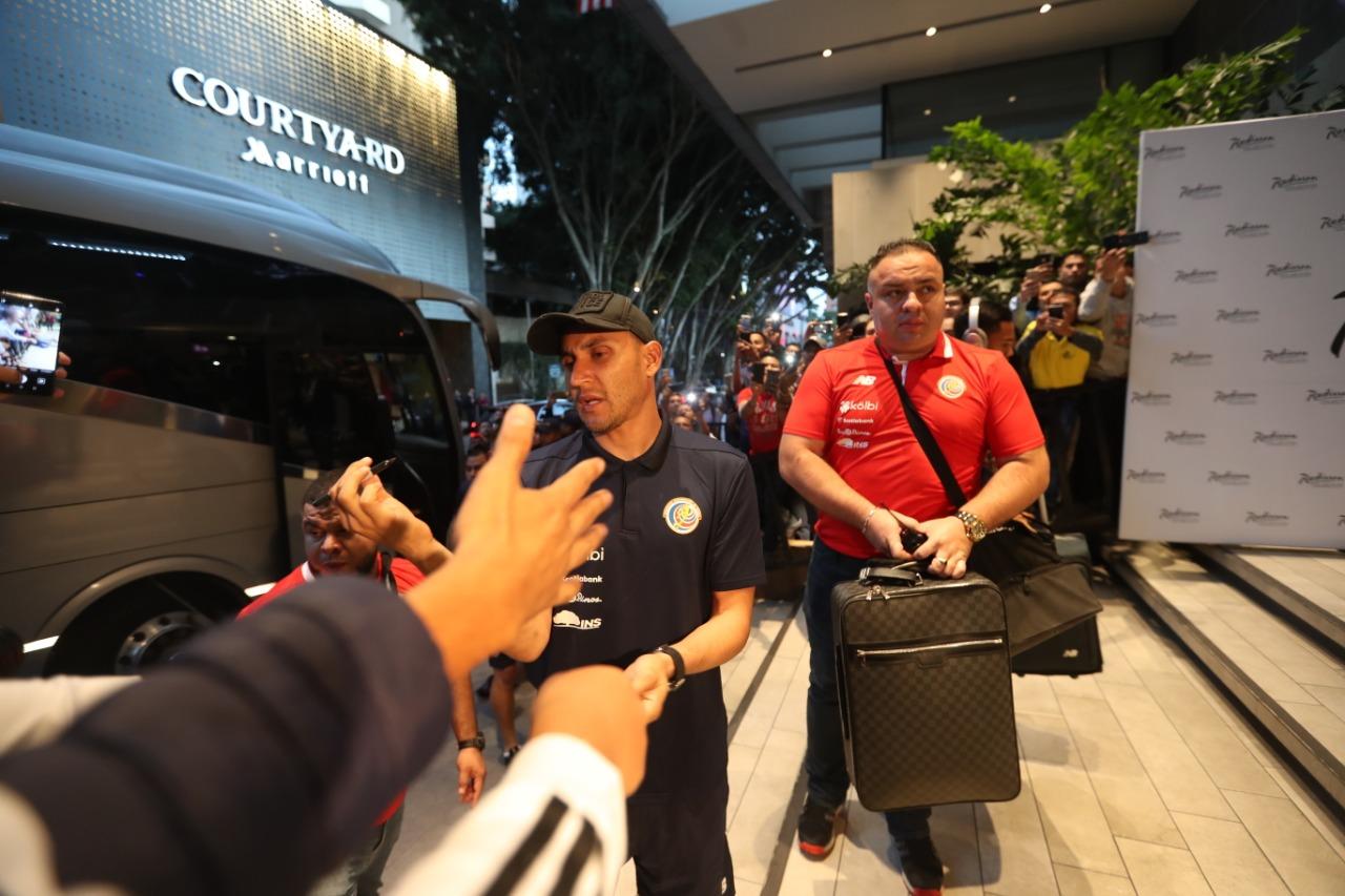 Keylor Navas saluda a algunos aficionados guatemaltecos que reconocen su labor en el Real Madrid. (Foto Prensa Libre: Edwin Fajardo).