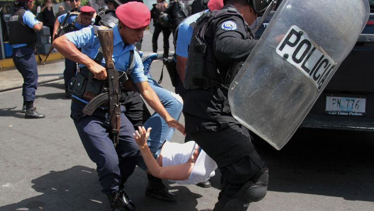 Nicaraguan riot police officers detain a protester before a demonstration alled by opposition groups to demand the government the release of those arrested for taking part in anti-government protests, in the surroundings of the Centroamerica roundabout in Managua on March 16, 2019. - Nicaragua on Friday released 50 prisoners held for participating in anti-government protests, giving a fresh impetus to peace talks on ending the country's long running political crisis. More than 700 people were detained during a deadly crackdown on rallies that began last April and quickly grew into broad opposition to President Daniel Ortega iron-fisted rule. (Photo by Maynor Valenzuela / AFP)