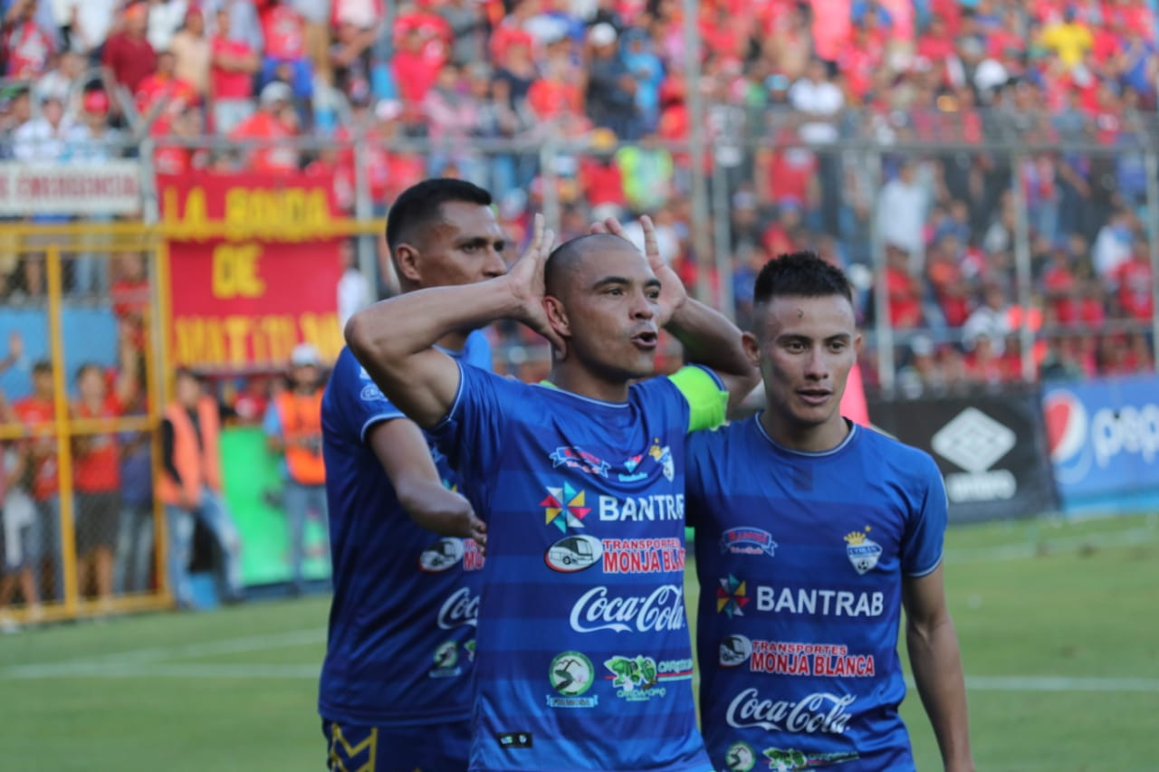Janderson Pereira festeja el gol del empate en El Trébol. (Foto Prensa Libre: Érick Ávila)