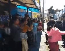Vendedoras informales de comida en el mercado La Democracia    agredieron a los policías municipales para evitar el decomiso de su venta. (Foto Prensa Libre:  @Munixelaorg)
