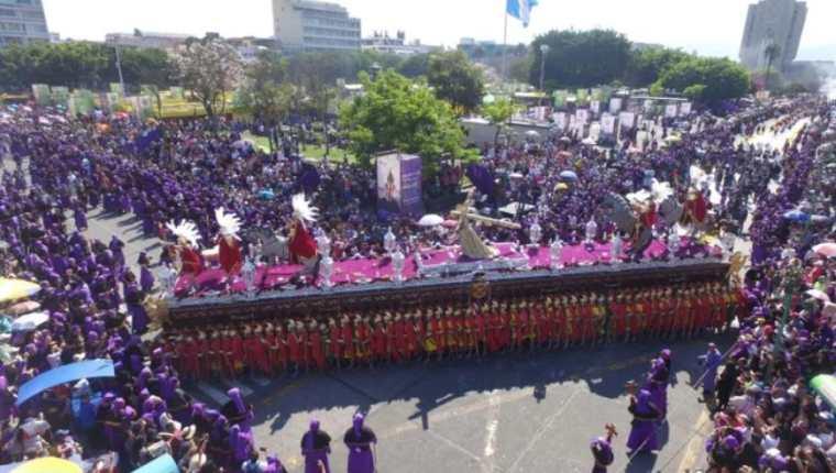 Espectacular paso de la procesión de Jesús Nazareno de Los Milagros de San José en la esquina de la 7a. avenida y 6a. calle, zona 1. (Foto Prensa Libre: Óscar Rivas)