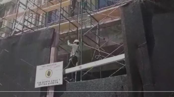 Jimmy Morales trepa andamios para revisar restauración del Palacio Nacional de la Cultura