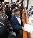 Mauricio Radford, presidenciable proclamado de Fuerza, entrega el amparo en la CSJ. (Foto Prensa Libre: Carlos Hernández)