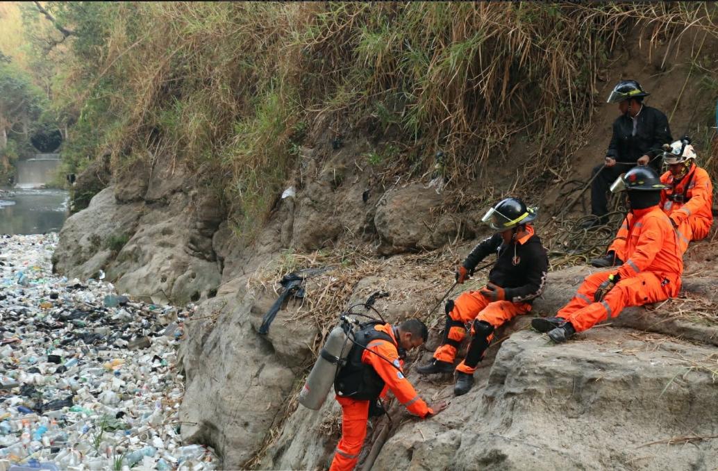 La búsqueda del menor comenzó la tarde del martes en el río Las Vacas, frente a la finca El Carmen.(Foto Prensa Libre: cortesía bomberos Voluntarios)