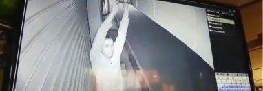 Cámara graba momento en que hombre intenta retirar foco de una tienda, en Cobán. (Foto Prensa Libre: Eduardo Sam)