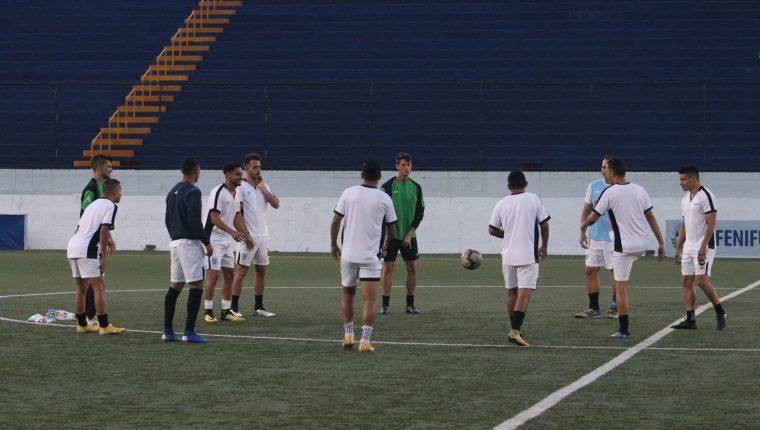 La Selección de Guatemala durante el entrenamiento en el estadio Nacional de Managua. (Foto Cortesía Fedefut).