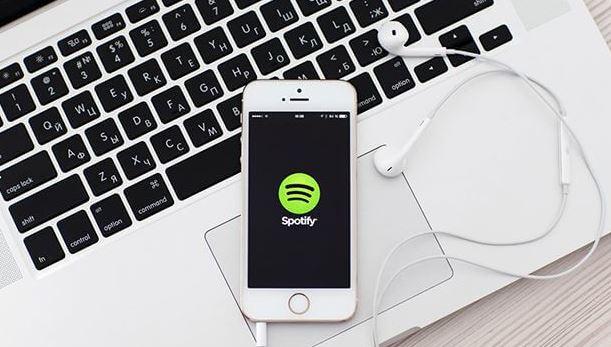 Luego de que Spotify levantó una queja contra Apple ante la Comisión Europea, la fabricante del iPhone dice que son engaños y que Spotify no dice toda la verdad. (Foto Prensa Libre: Shutterstock)