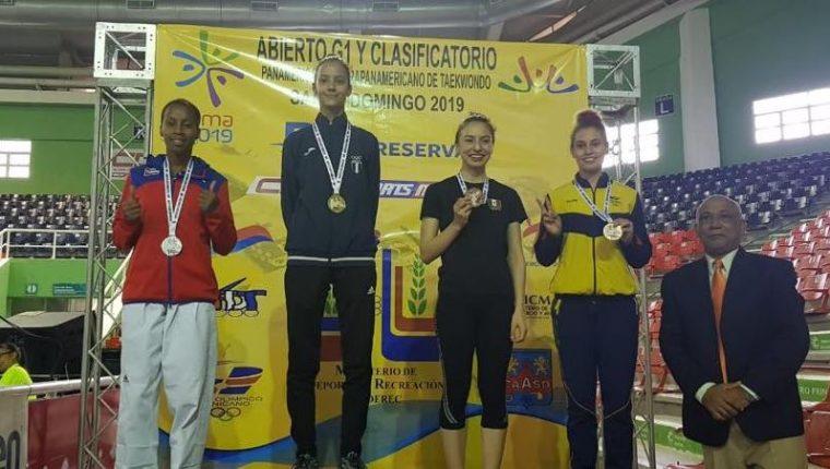 Yuliena Pedroza  durante la premiación del oro en el Open de República Dominicana. (Foto Cortesía FedeTaekwondo).