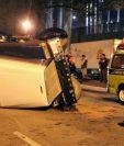 El accidente ocurrió en el Anillo Periférico rumbo al sur, después del puente El Incienso. (Foto Prensa Libre: Bomberos Municipales)