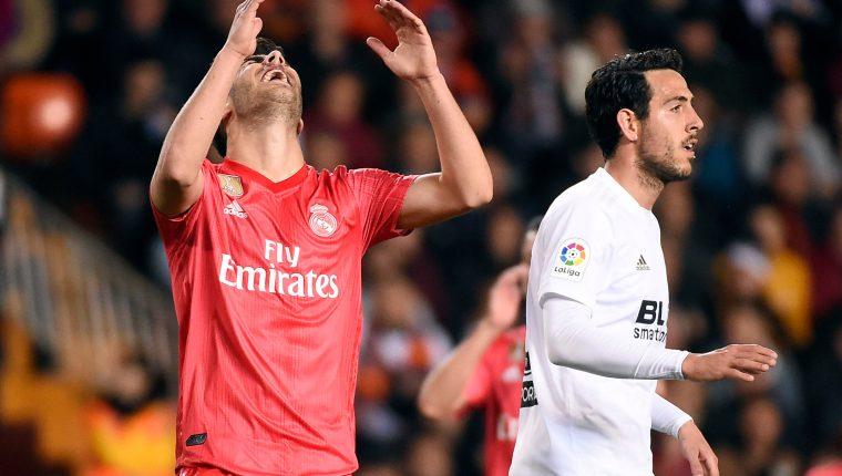 El volante del Real Madrid Marco Asensio se lamenta por la derrota frente al Valencia. (Foto Prensa Libre: AFP)