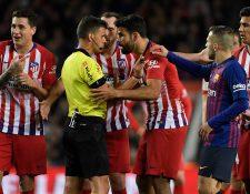Los insultos de Diego Costa al árbitro le costaron el resto de la temporada en la Liga española. (Foto Prensa Libre: AFP)