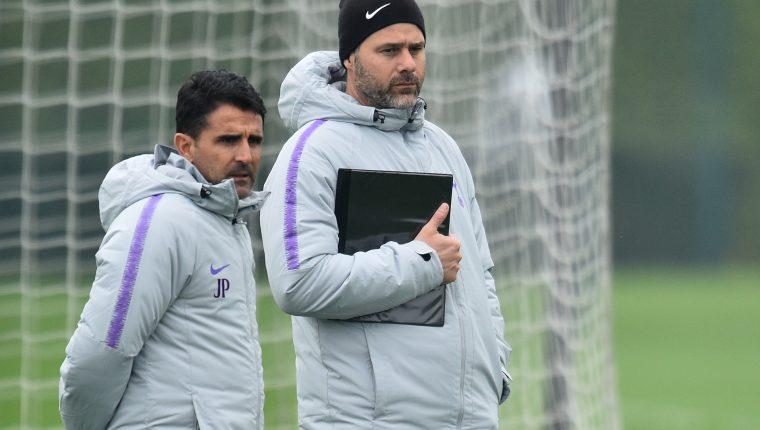 Mauricio Pochettino durante el último entrenamiento del Tottenham previo al partido de ida de cuartos de final contra el Manchester City. (Foto Prensa Libre: AFP)