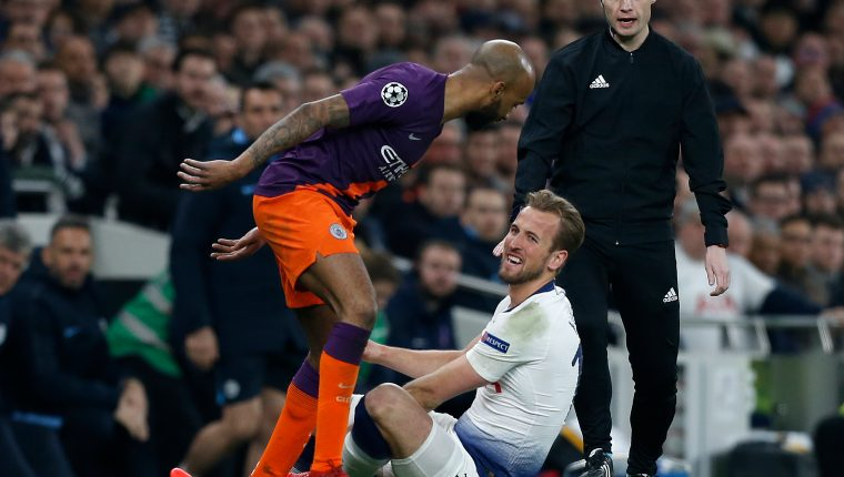 Manchester City's English midfielder Fabian Delph (L) remostrates with Tottenham Hotspur's English striker Harry Kane before Kane laeft the pitch injured during the UEFA Champions League quarter-final first leg football match between Tottenham Hotspur and Manchester City at the Tottenham Hotspur Stadium in north London, on April 9, 2019. (Photo by Ian KINGTON / IKIMAGES / AFP)
