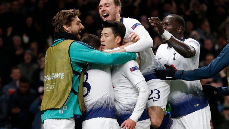 Son Heung-Min celebra junto a sus compañeros del Tottenham después de anotar el gol de la victoria frente al Manchester City. (Foto Prensa Libre: AFP)
