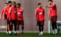 Barcelona's Spanish defender Gerard Pique (R) chats with Barcelona's Argentinian forward Lionel Messi during a training session at the Joan Gamper Sports Center in Sant Joan Despi on April 15, 2019 on the eve of the Champions League second leg quarter-final football match between FC Barcelona and Manchester United. (Photo by Pau Barrena / AFP)