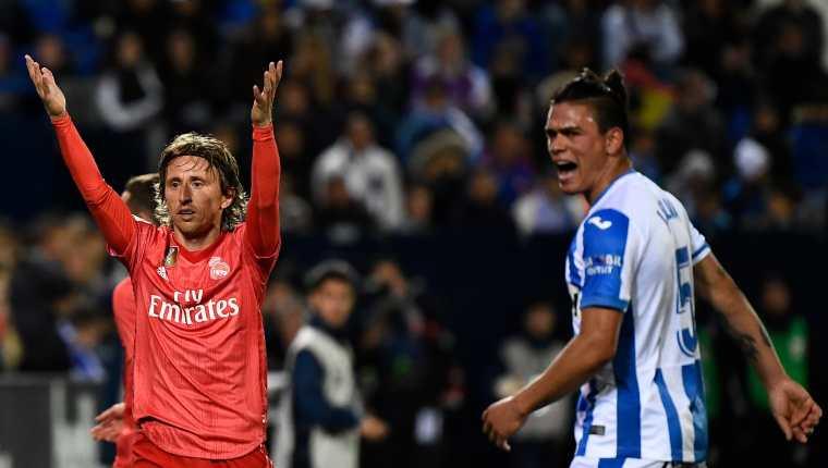 Luka Modric reclama durante el partido entre el Real Madrid y el Leganés. (Foto Prensa Libre: AFP)