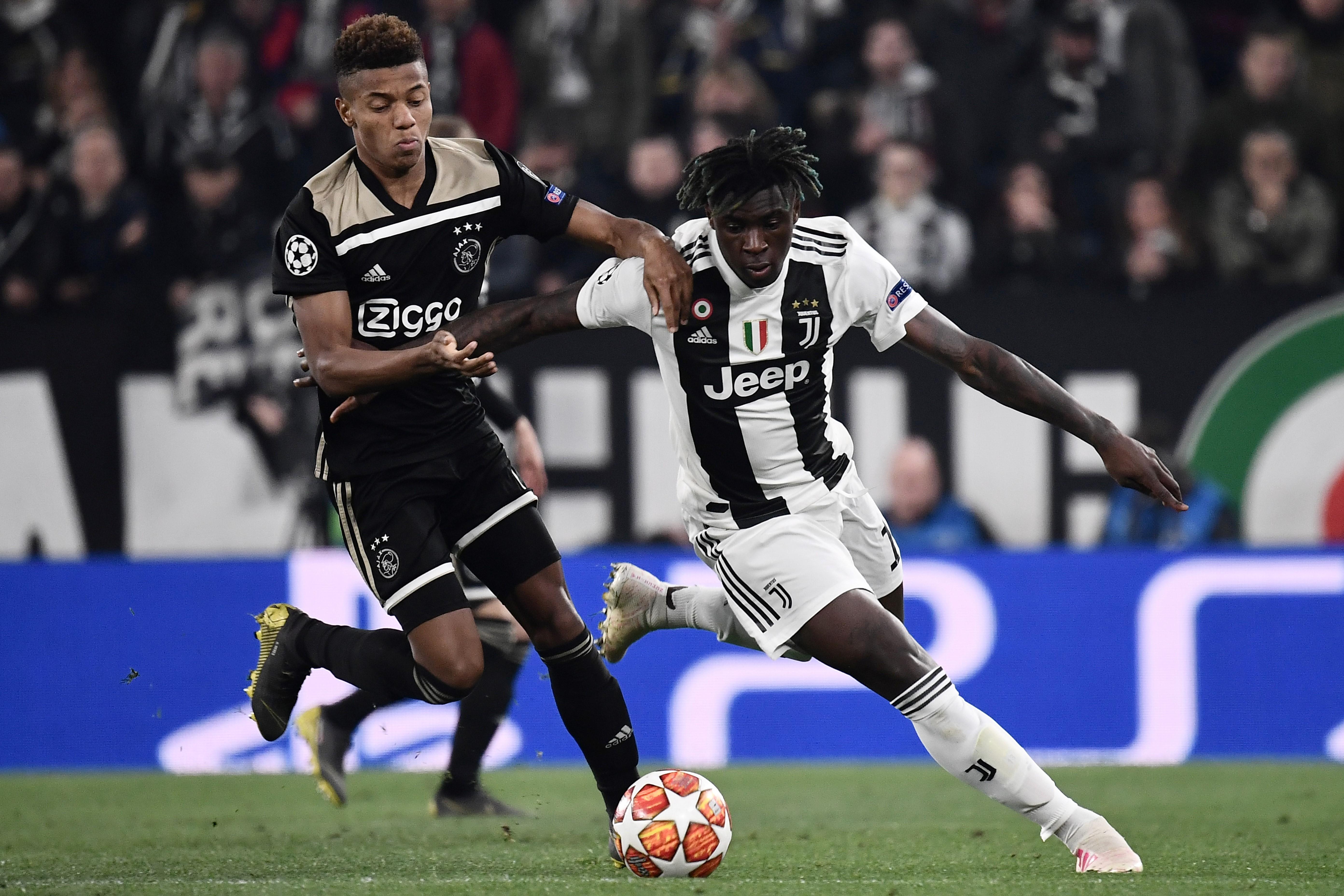 David Neres marca a Moise Kean durante el partido de vuelta de los cuartos de final entre el Ajax y la Juventus. (Foto Prensa Libre: AFP)